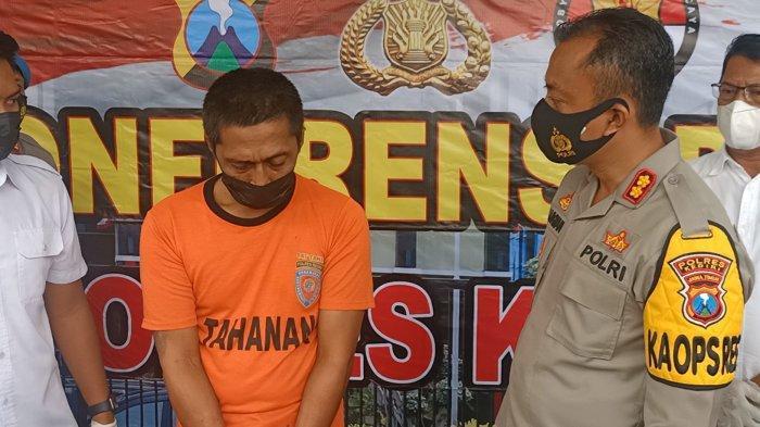 Tersangka Anang Harun Syah saat diinterogasi Kapolres Kediri, AKBP Lukman Cahyono di Mapolres Kediri, Selasa (6/4/2021).SURYA.CO.ID/Farid Mukarrom