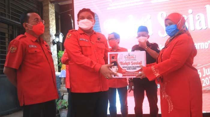 Momentum Bulan Bung Karno, PDI Perjuangan Surabaya Berbagi Kebaikan, 50 Paket Sembako untuk Warga