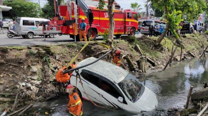 Pengemudi Agya Nyetir Sambil Main HP,  Mobilnya Nyungsep di Sungai Jemursari Kota Surabaya