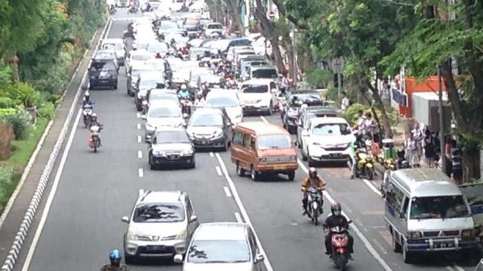Tindakan Polisi terkait Lalu Lintas Semrawut di Jl Raya Darmo Surabaya oleh Aktivitas Jemput Sekolah