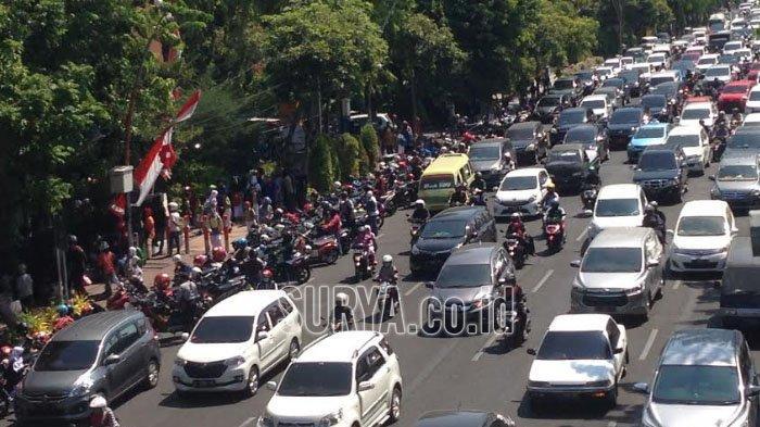 Macet saat Jam Pulang Sekolah di Depan Grahadi Kota Surabaya, Banyak Mobil dan Motor Berjajar