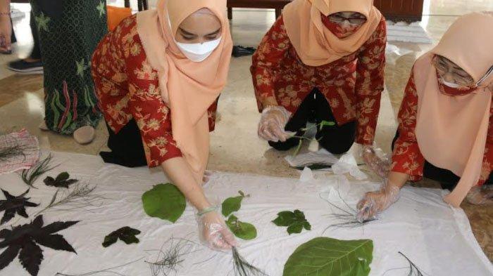 Saat Ibu-ibu di Kabupaten Sidoarjo Ikuti Pelatihan Ecoprint