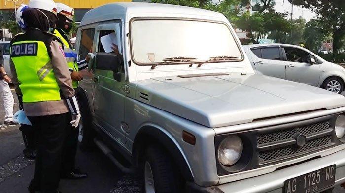 Suasana penyekatan di Bundaran Waru masuk kota Surabaya oleh petugas gabungan, Kamis (6/5/2021).