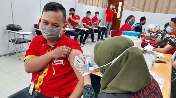 Gandeng Dinkes Sidoarjo, Alfamart Gelar Vaksinasi untuk Puluhan Karyawan