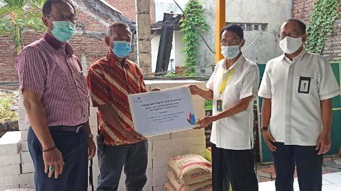 PLN (Persero) UPT Surabaya Serahkan CSR Pembangunan Balai RT di Kawasan Wage Sidoarjo