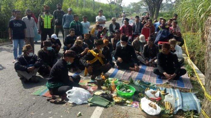 Warga Tengger Panjatkan Doa di Lokasi Laka Maut Poncokusomo Kabupaten Malang