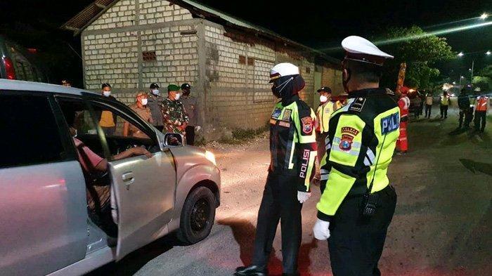 Petugas Polres Lamongan melakukan penyekatan di wilayah perbatasan, Selasa (18/5/2021) malam. Ada yang ketahuan membawa surat rapid test palsu.
