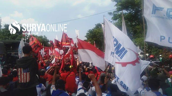 Sebagian Buruh Tolak Omnibus Law Batal ke Pusat Kota Surabaya, Pilih Orasi di Jalan Ahmad Yani
