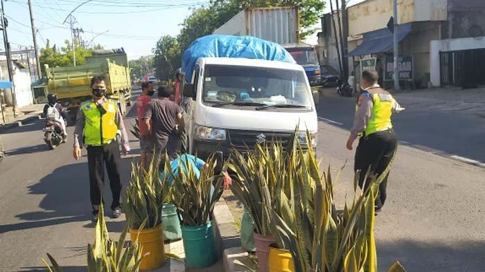 Mobil Pick Up Baru Dua Bulan Dibeli Nyangkut Pembatas Jalan Raya Mastrip, Surabaya