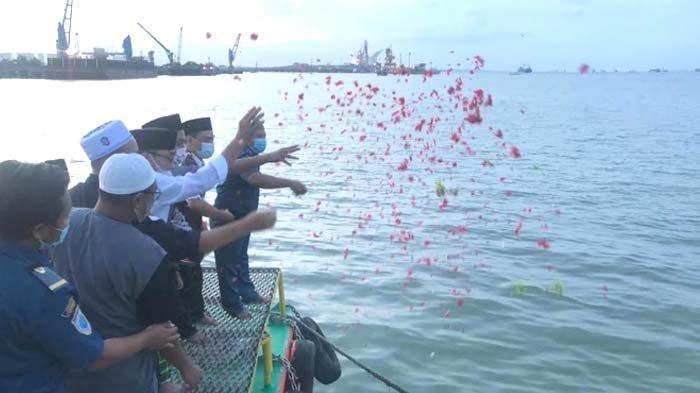 IKPM Gontor Tabur Bunga Doakan Prajurit KRI Nanggala 402 di Pelabuhan Gresik