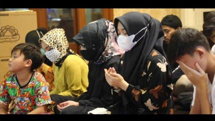 Doa Nathalie Holscher Saat Tahlilan Lina Jubaedah, Istri Sule Bersyukur Dititipi Anak-anak Baik