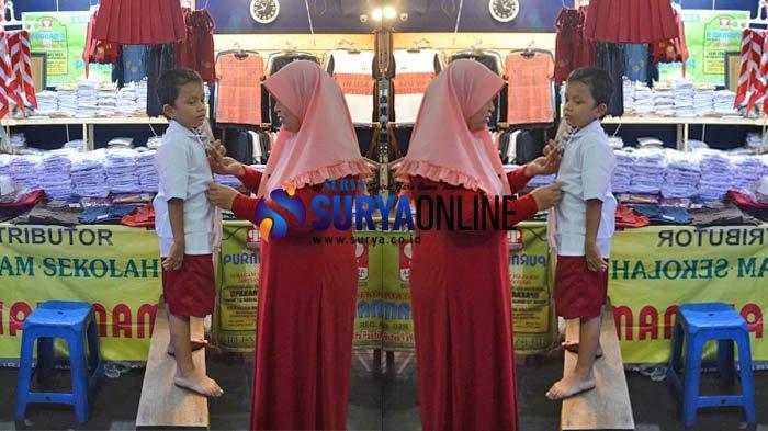 Galeri Foto Para Orangtua Beli Seragam dan Sepatu di Pasar Blauran Surabaya Jelang Tahun Ajaran Baru