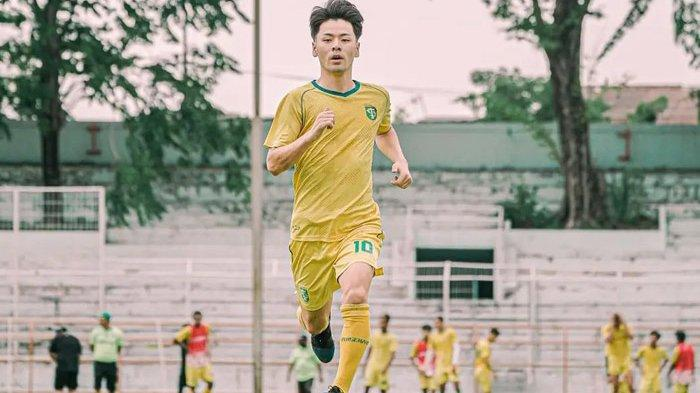 Taisei Marukawa bersemangat menjalani latihan fisik bersama Persebaya Surabaya di Stadion Gelora 10 Nopember, Rabu (6/10/2021). Latihan ini menyambut BRI liga 1 2021/2022