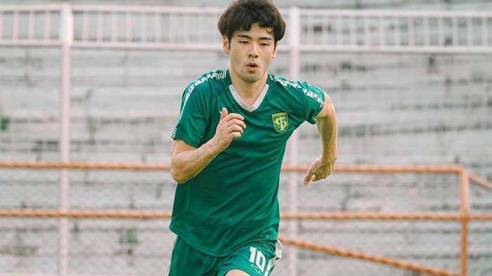 Taisei Marukawa terus melakukan adaptasi dengan Persebaya Surabaya sebagai tim barnya. Gelandang asal Jepang itu bersemangat mengikuti latihan bersama Rendi Irwan dkk sejak Senin (31/5/2021).