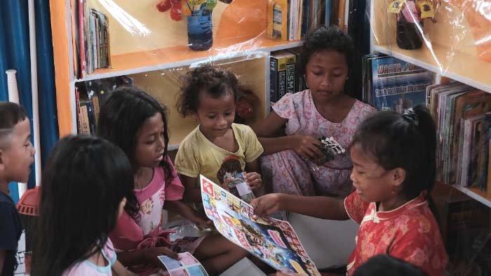 BEM FIB Unair Ajak Anak-anak Kembali ke Buku dan Mainan Tradisional