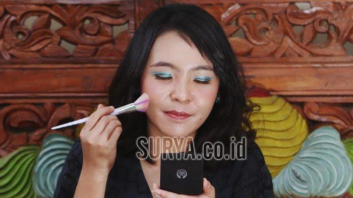 Cheerful Look Ala Twiggy Make Up, Sentuhan Warna Ngejreng di Kelopak Mata
