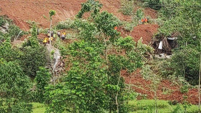Personil Sat Brimob Polda Jatim Bantu Korban Bencana Tanah Longsor di Ngetos Kabupaten Nganjuk