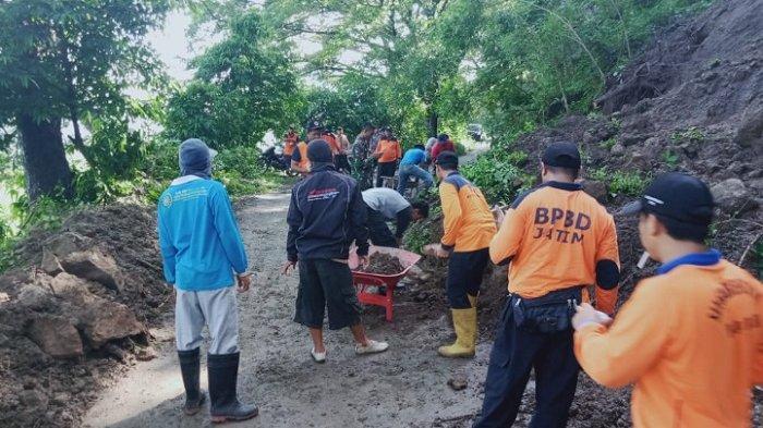 Tanah Longsor Menutup Akses Jalan Desa di Saradan Madiun
