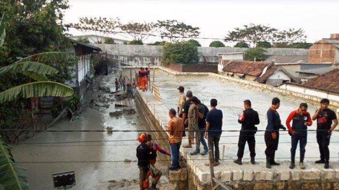 BREAKING NEWS : Tanggul Lumpur di Sukomanunggal Ambruk, 1 Orang Hilang
