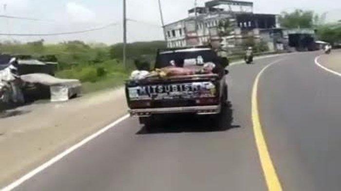 Viral Video Pengemudi Mobil Ugal-ugalan di Sidayu Kabupaten Gresik, Perekam Sampai Terjatuh