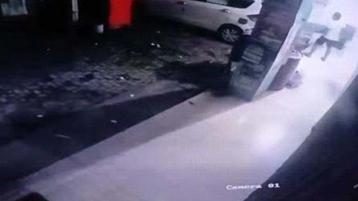Terekam CCTV, Maling Kursi Besi di Bengkel Kabupaten Gresik, Korban : Padahal Naik Mobil Bagus