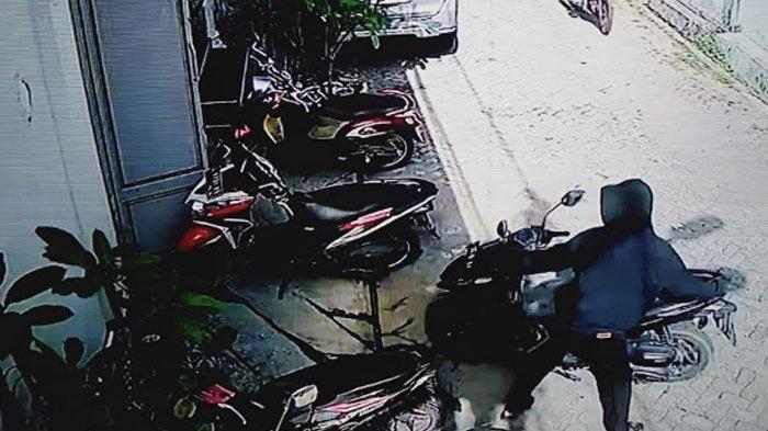 Terekam CCTV: Dua Bandit Berbagi Peran untuk Gondol Motor Vario Milik Karyawati di Surabaya