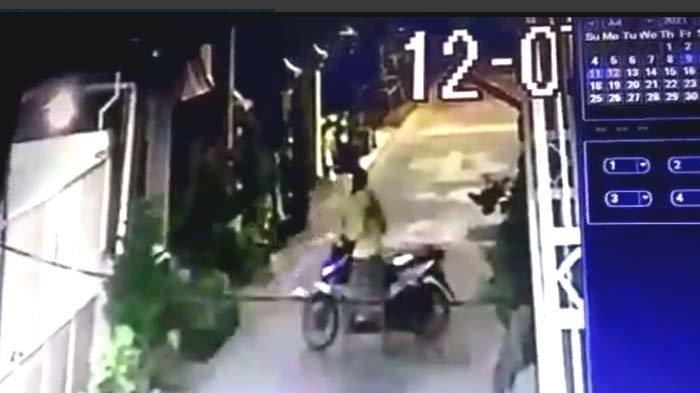 Dua Maling di Babat Jerawat Surabaya Terekam CCTV, Bawa Kabur Honda Beat setelah Rusak Kunci Setir