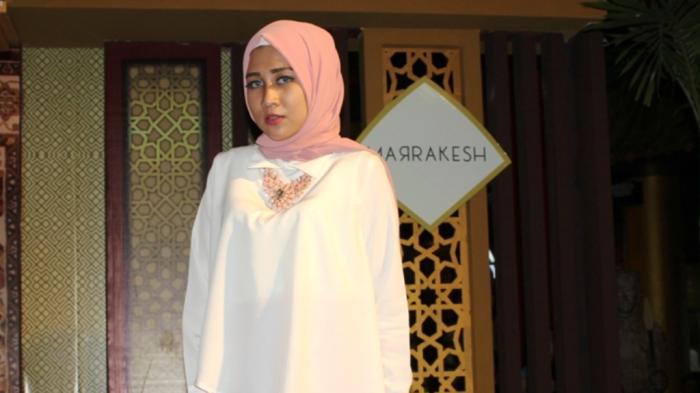 Model Cantik Ini Tawarkan Kue Cubit dan Cimol Karena Tahu Warga Kota Surabaya Konsumtif