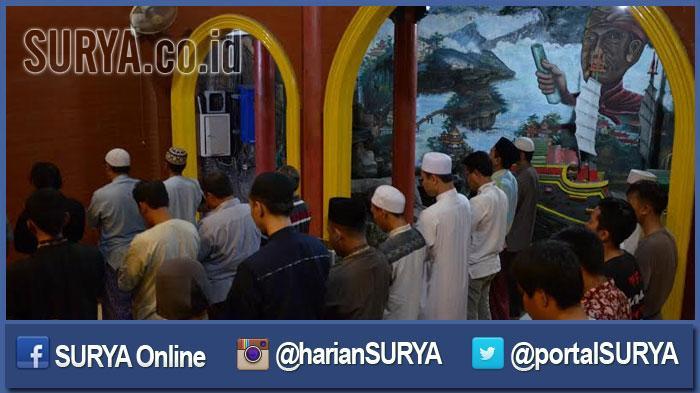 GALERI FOTO - Suasana Salat Tarawih Pertama di Masjid Cheng Hoo Surabaya - tarawih-pertama-ratusan-umat-muslim_20160605_201350.jpg