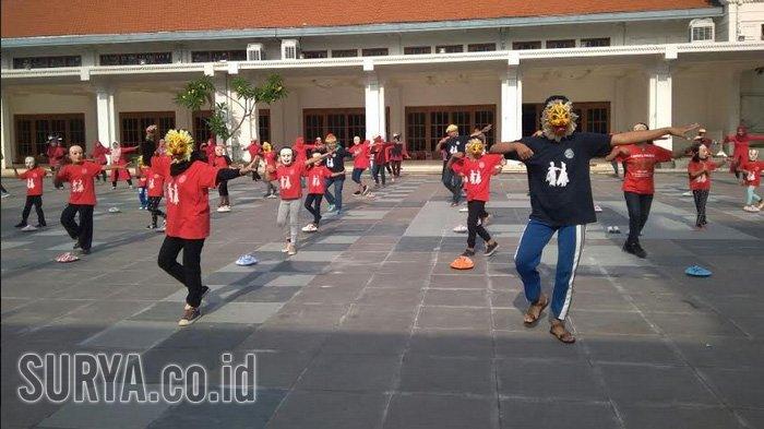 Tak Ada Perayaan Tari Topeng Muludan, Sanggar Arbaya Tampilkan Ratusan Penari di Balai Pemuda
