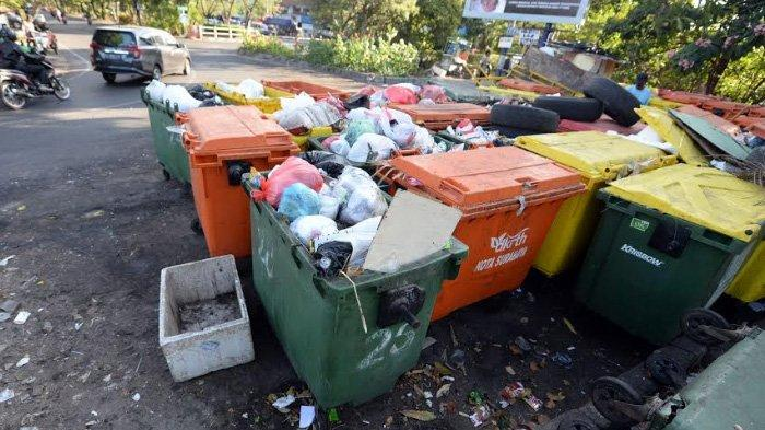 Bau Busuk Sampah di Sekitar Menur Surabaya Dikeluhkan Pengendara Motor