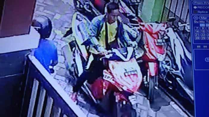 Inilah Wajah Terduga Pembunuh Pemuda Tenggumung Wetan Kota Surabaya, Terekam CCTV Kampung