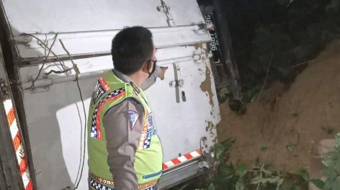 Mobil Box Angkut Sosis Terperosok ke Jurang Sedalam 10 Meter di Kabupaten Pamekasan