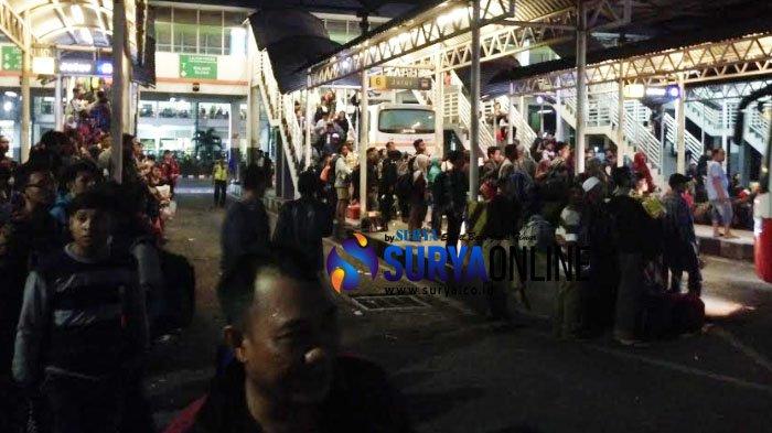 Penumpang masih Menumpuk di Purabaya, agar Dapat Duduk, Mereka Berebtut Bus di Jalur Kedatangan