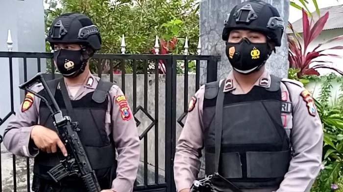 Dua Polisi berjaga di depan rumah Abu Umar.