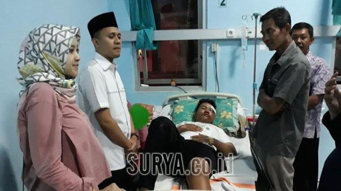 2 Pria Probolinggo Berboncengan, Mendadak Alat Peraga Kampanye Caleg DPR Ini Ambruk Menimpa Mereka