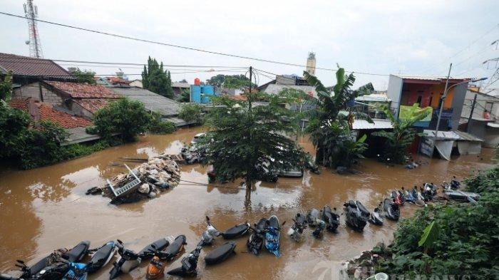 Sejumlah kendaraan bermotor terendam banjir di Cipinang Melayu, Jakarta Timur, Rabu (1/1/2020). Terungkap beda cara Anies Baswedan dan Ahok dalam menghadapi banjir Jakarta