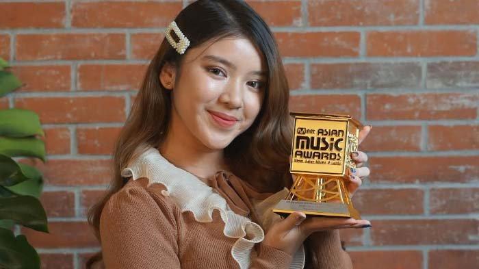 Tiara Andini memperlihatkan penghargaan Mnet Music Awards (MAMA) 2020.