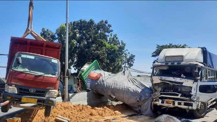 Kecelakaan tiga truk karambol di pintu jembatan Sembayat, Manyar, Kamis (22/4/2021).