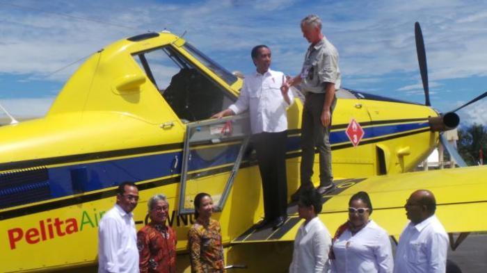 Presiden Jokowi Hampir Terjatuh Saat Menaiki Pesawat di Papua
