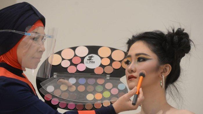 Beda Tips Makeup Fashion untuk Indoor dan Outdoor, Perhatikan Komposisi Pelembab