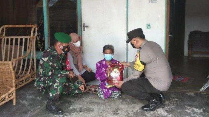 Penyandang Disabilitas di Kedamean Kabupaten Gresik Terima Bantuan Paket Sembako