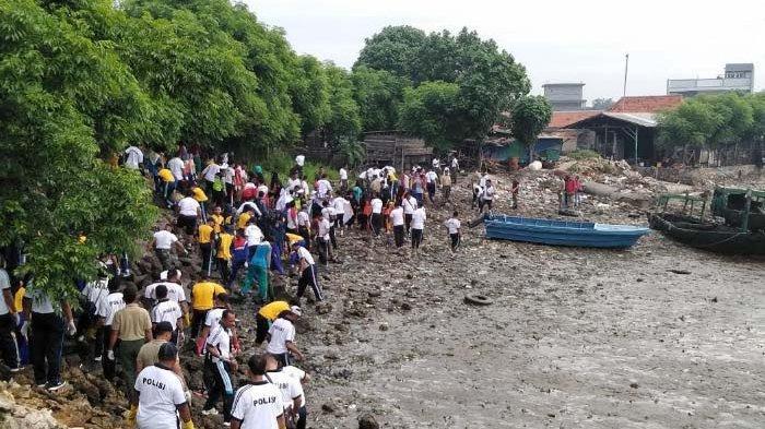 Ratusan Orang Peduli Sampah di Dermaga Kamal, Madura: Satu Jam Terkumpul Sampah Segini