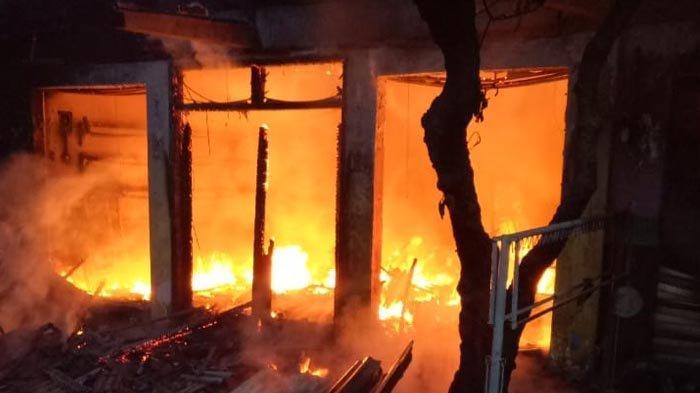 Diduga Alami Korsleting Listrik, Toko Helm di Taman Sidoarjo Terbakar