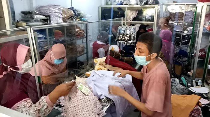 PTM SD dan SMP di Tulungagung Dimulai Besok, Penjual Seragam Sekolah Diserbu Pembeli