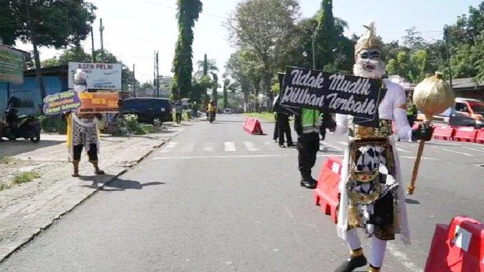 Anggota Polres Blitar Rela Tampil Hancur ala Kera Putih, Demi Selamatkan Pemudik dari Covid-19
