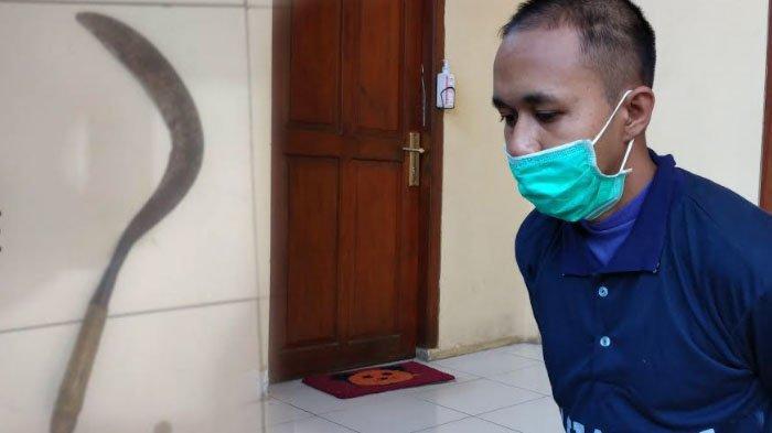 Tragedi berdarah kakak beradik terjadi di Dusun Oro Timur, Desa Tlontoraja, Kecamatan Pasean, Kabupaten Pamekasan, Madura. Tragedi berdarah ini buat ibunya histeris.