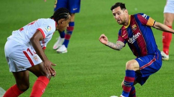 Jules Kounde (kiri) saat berhadapan dengan Lionel Messi (Kanan)