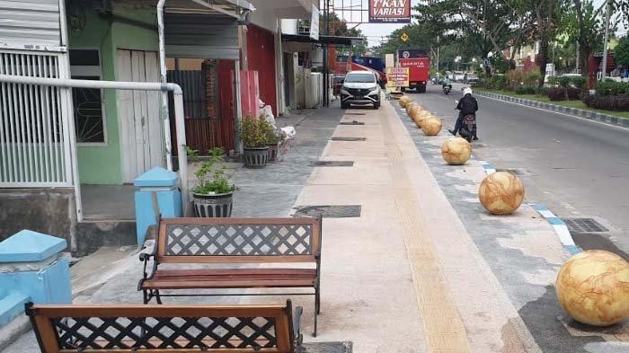 Dibangun Dengan Anggaran Rp 9,6 Miliar, Trotoar di Sooko Malah Jadi Tempat Parkir Mobil