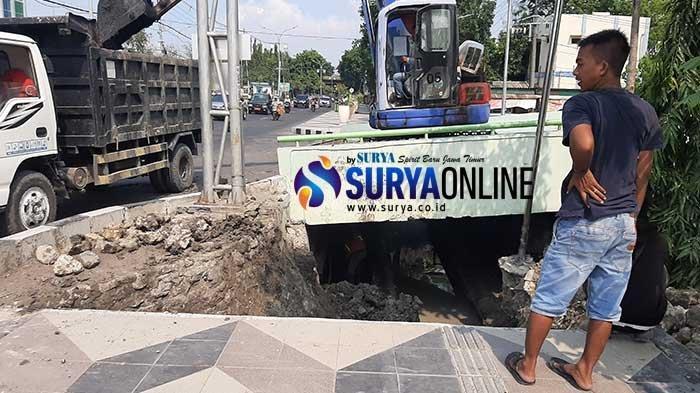 Warga Sebut Pembangunan Trotoar di Jalan dr Wahidin Gresik Asal-Asalan, Langsung Menuju ke Selokan